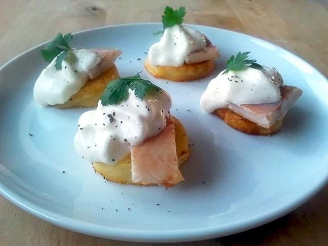 Kartoffel-Crostini mit geräuchertem Forellenfilet und Meerrettich-Espuma