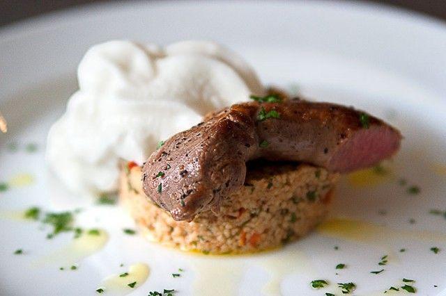 Tabouleh mit Lammfilet an Tomaten-Minze-Schaum