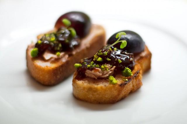 Crostini mit Foie Gras, Traube, Feigenconfit