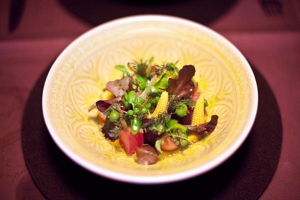 Gemüseacker: Wurzelgemüse sousvide, Röstgemüsecreme, spanisches Olivenöl von Benjamin März, Rose Bietigheim