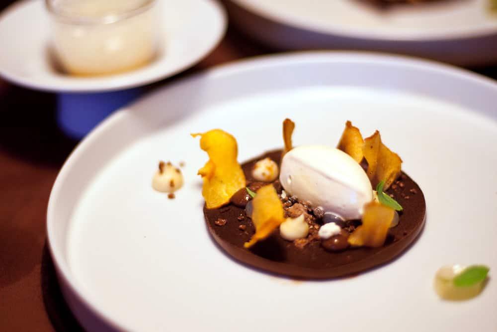 Pastinakeneis mit knuspriger Pastinake und Variationen von Schokolade von Benjamin März, Rose Bietigheim